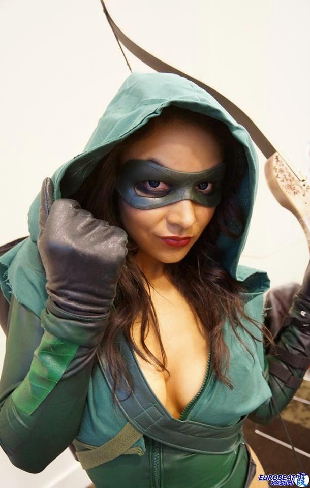 Un sexy cosplay de Arrow de la mano (y pecho) de  Soni Aralynn