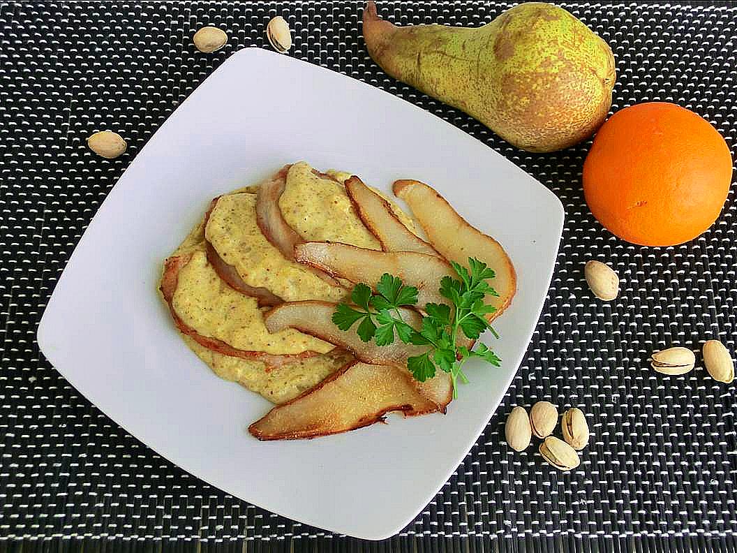 petto di pollo con salsa di arance, pistacchi e pere