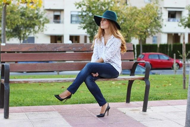 jeans-stilettos_negros-fedora-blusa_de_estrellas