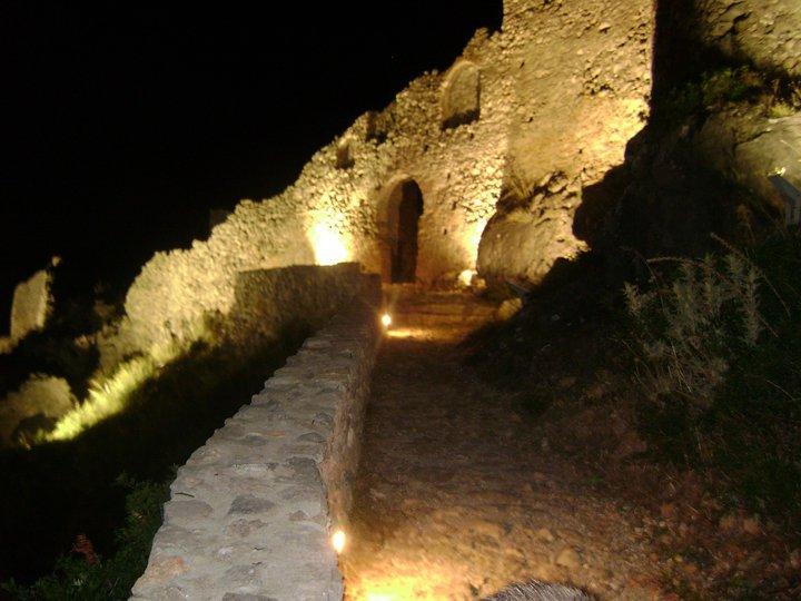 Η είσοδος του κάστρου φωταγωγημένη..
