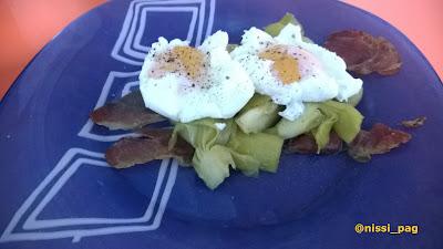 Huevos pochados sobre cama de jamón ibérico y alcachofas