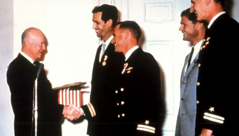 http://2.bp.blogspot.com/-wo9x3lXeQhU/T2lN63DDf0I/AAAAAAAAN6Y/x-OD_WGJaFI/s800/Jacques-Piccard-and-Don-Walsh-with-President-Eisenhower-Record-Dive.jpg