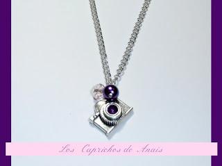 Collar Camara de fotos Morado y Rosa _ Los Caprichos de Anais