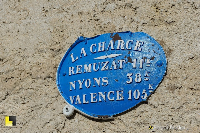 plaque signalétique ancienne la charce photo pascal blachier
