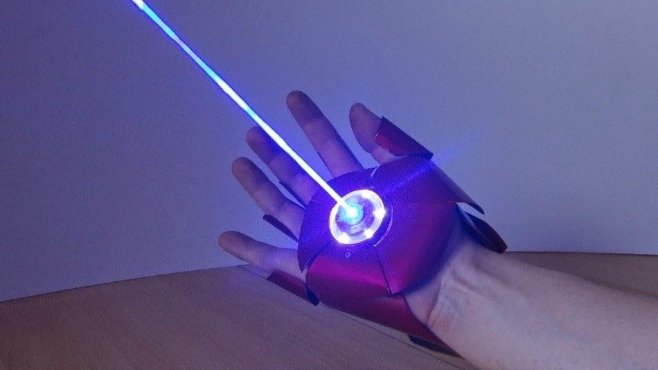 O laser acoplado na luva é capaz de causar danos leves (Foto: Reprodução/YouTube)