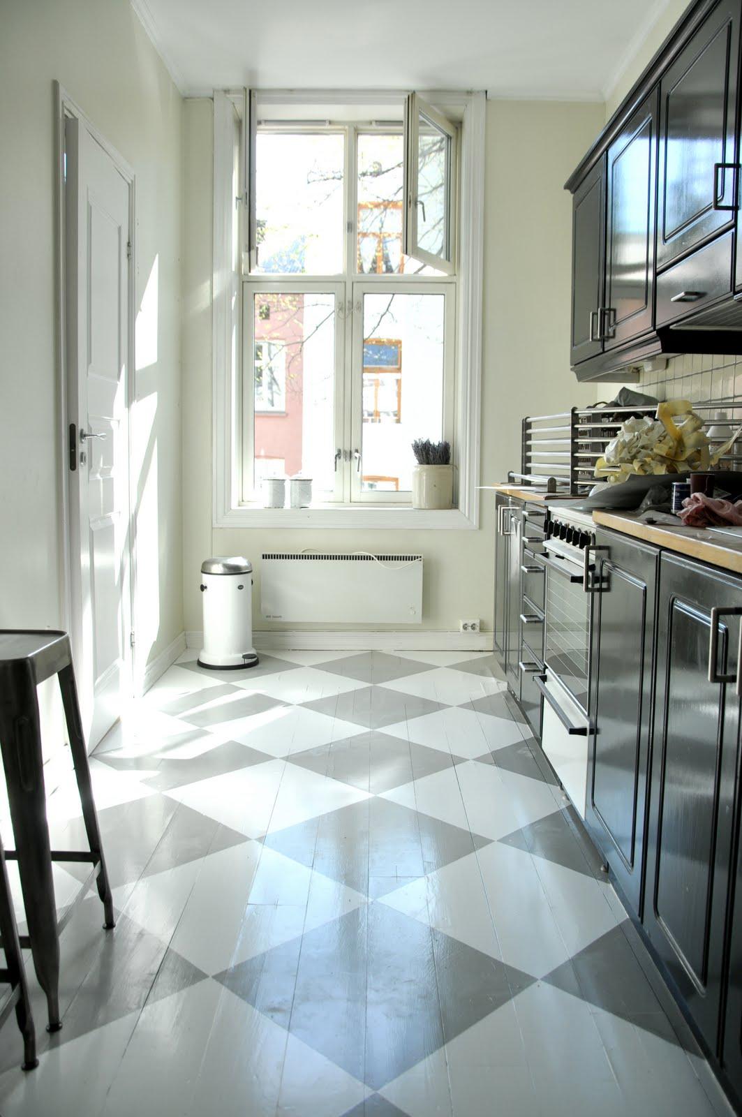 Vintage chic: Vi må rive opp det malte kjøkkengulvet/ The floor is ...