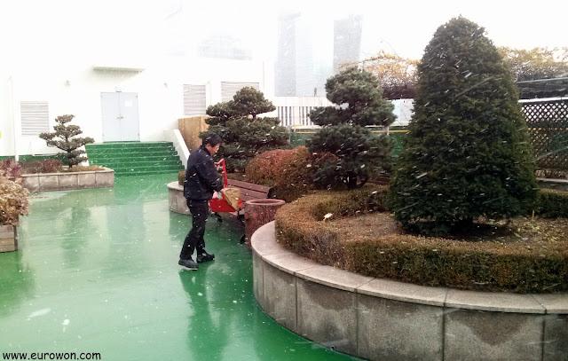 Ajeossi coreano limpiando bajo la nieve