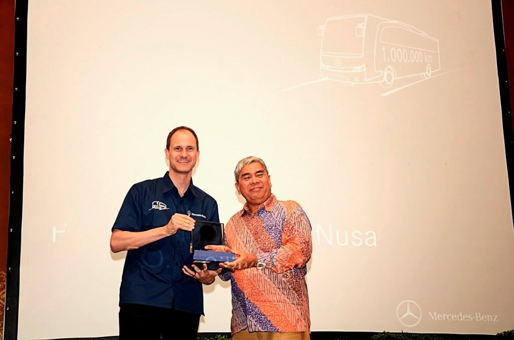 12 PO mendapat penghargaan dari Mercedes-Benz