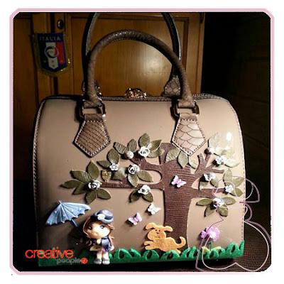 Bolso de mano en piel decorado a mano por Sylvia Lopez Morant.