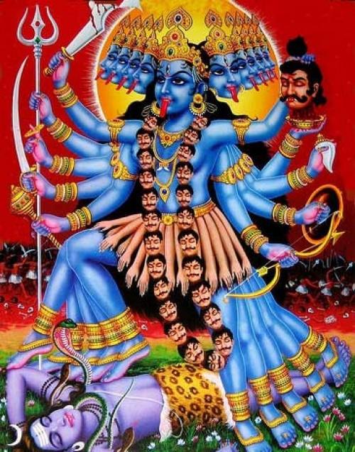 湿婆神为减轻众生的苦痛,就躺在迦莉女神的脚下,任其践踏