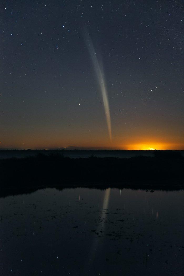 Sao chổi Lovejoy tỏa sáng trên bầu trời nam bán cầu vào cuối năm 2011. Hình ảnh này được chụp lại vào ngày 21/11/2011 ở Mandurah Esturary, gần Perth, miền tây nước Úc. Tác giả : Colin Legg.