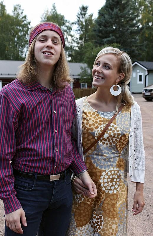 Hänen mummonsa ompelema Jokapoika-paita toimi hyvin 2000-luvun farkkujen  kanssa ja kokonaisuuden kruunasi glitter-vyö. 42d74a3ef4