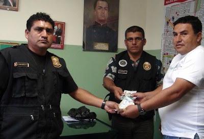 Los suboficiales Jesús Mario Hoyos Agip y Segundo Vásquez Cotrina devolvieron 720 soles, 11 tarjetas de crédito y documentos personales al transportista César Ochoa.
