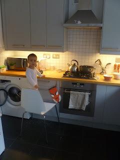 Daniel pomaga robić owsiankę
