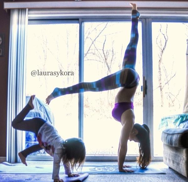 Niña yoga mamá Laura Kasperzak