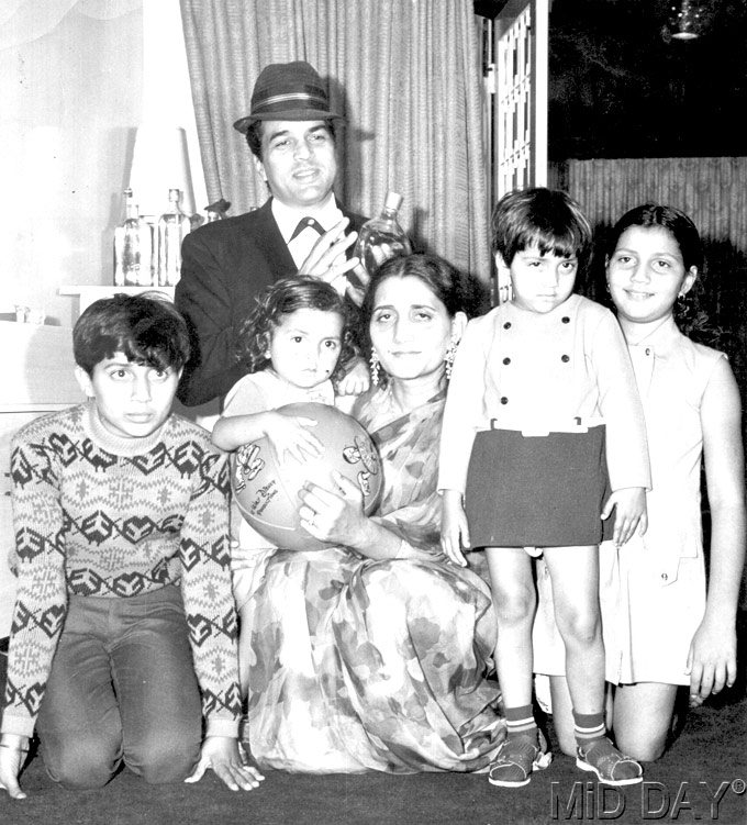 external image bollywood-actor-dharmendra-rare-family-photo.jpg