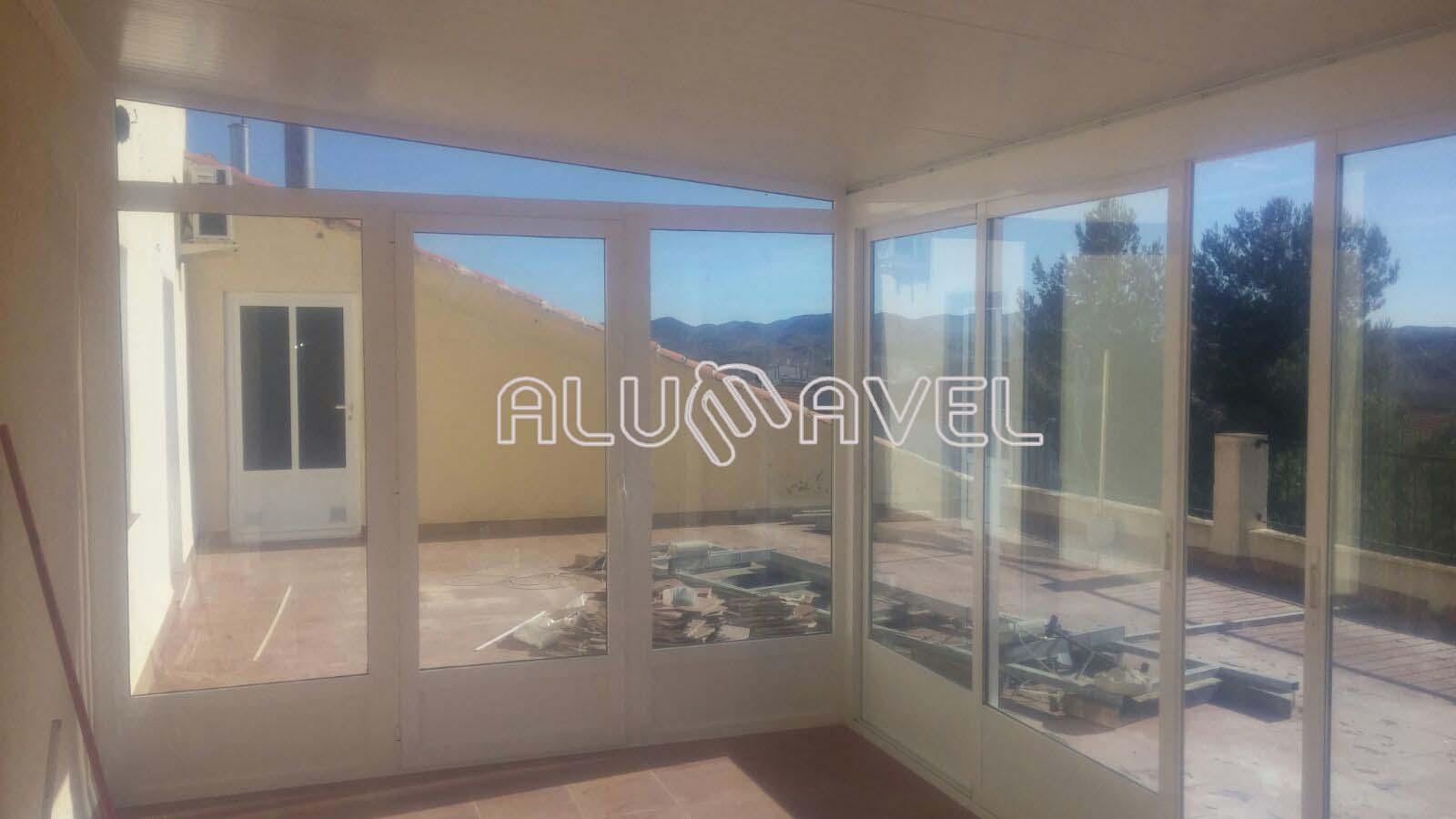Cerramiento de terraza con techo fijo cerramientos en for Cerramiento aluminio terraza