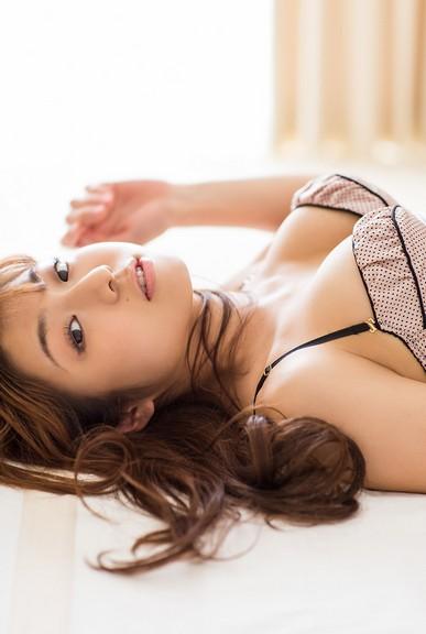 Shizuka Nakamura bikini khoe ngực khủng