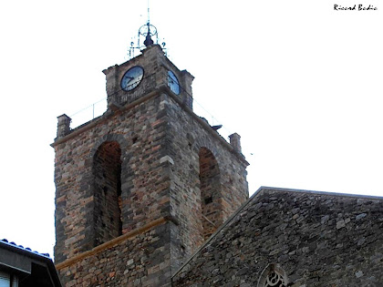 El campanar de l'església de Sant Esteve amb les quatre esferes de rellotge a la part superior del mateix. Autor: Ricard Badia