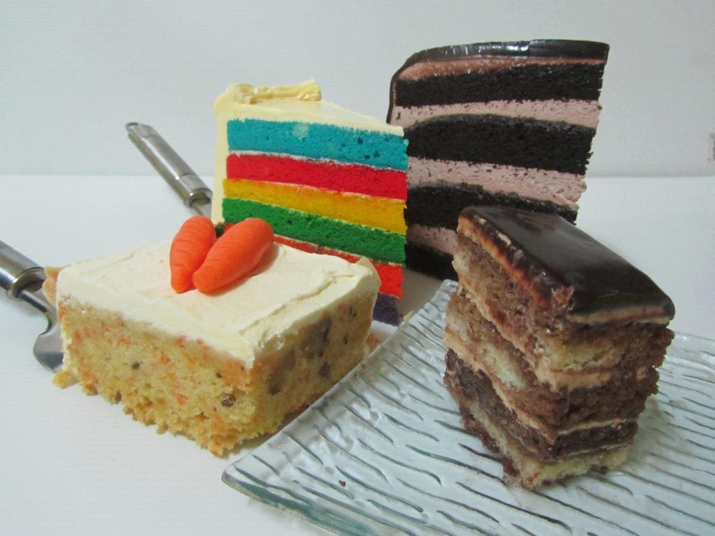 Empat jenis kek yang didemonstrasikan oleh Puan Zalina.