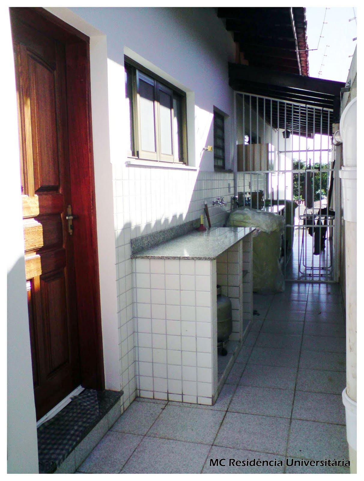 suítes e 1 simples sala cozinha 1 banheiro social e lavanderia #9C742F 1212 1600