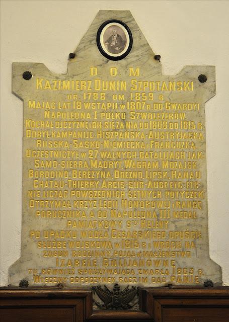 Kolegiata pod wezwaniem św. Mikołaja w Końskich - marmurowa płyta umieszczona po lewej stronie kruchty kościoła (ściana zachodnio-północna). Foto. Bartłomiej Woźniak.