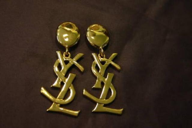 satc-2-samanthas-vintage-ysl-gold-logo-e
