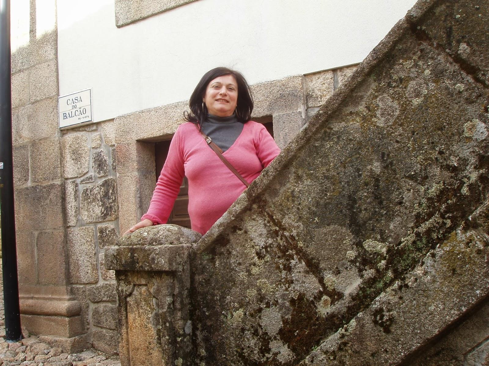 Do alto da torre do castelo enxerguei gataria numa de fazer sesta a amornar ao sol no alto de uma parede nua espertos os quatro