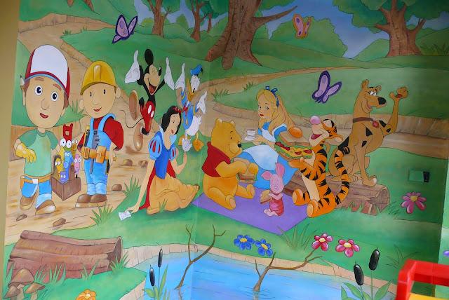 aranżacja pokoju młodzieżowego, malowanie na ścianie obrazu bajkowego 3d