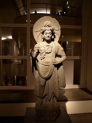 Estatuta de Bodhisattva de pie de la region de Afganistan Pakistan en el Museo Guimet de Paris