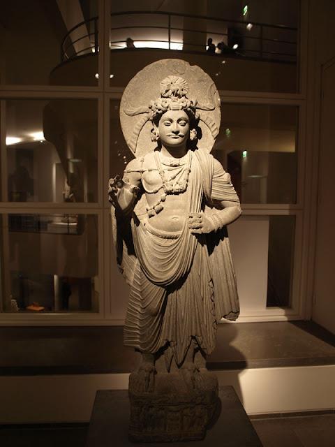 Estatuta de Bodhisattva de pie de la region de Afganistan Pakistan en el Museo Guimet de Paris