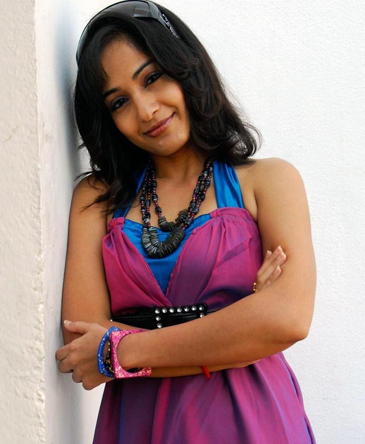 Desi Girls Pictures And Wallpapers: Madhavi On A Cool Pose