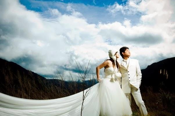 foto Pre Wedding di Bawah Bukit Sambil Memandang Matahari