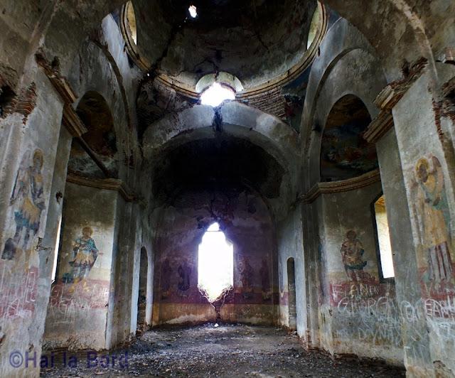 interior biserica ruina gostinari