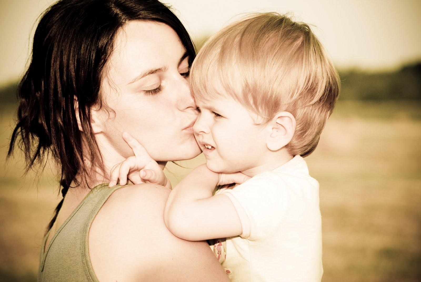 Сын скучает о груди матери 3 фотография