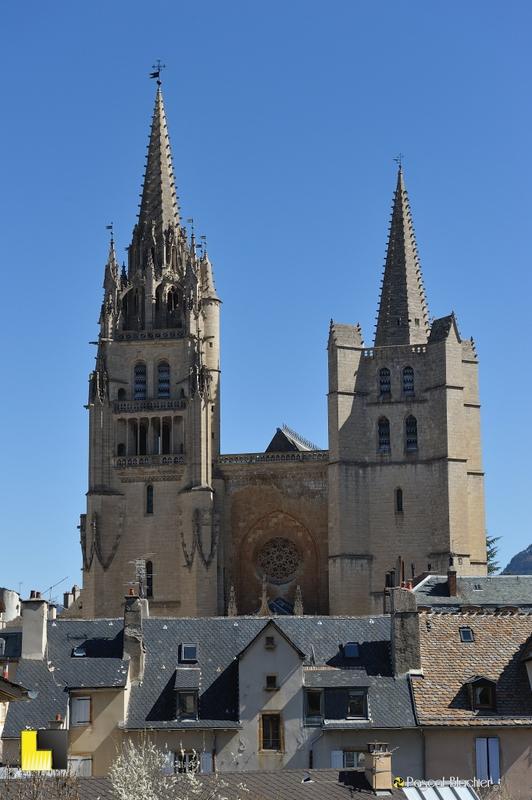 cathédrale de mende au dessus des toits photo pascal blachier