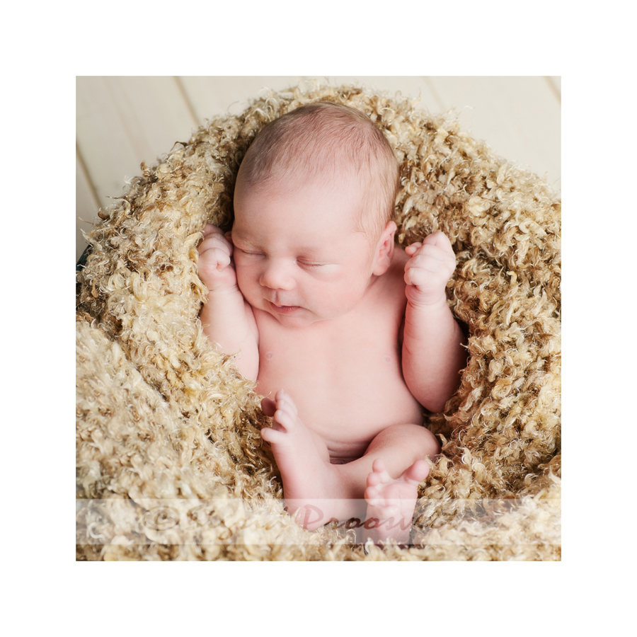 vastsyndinud beebi fotostuudios