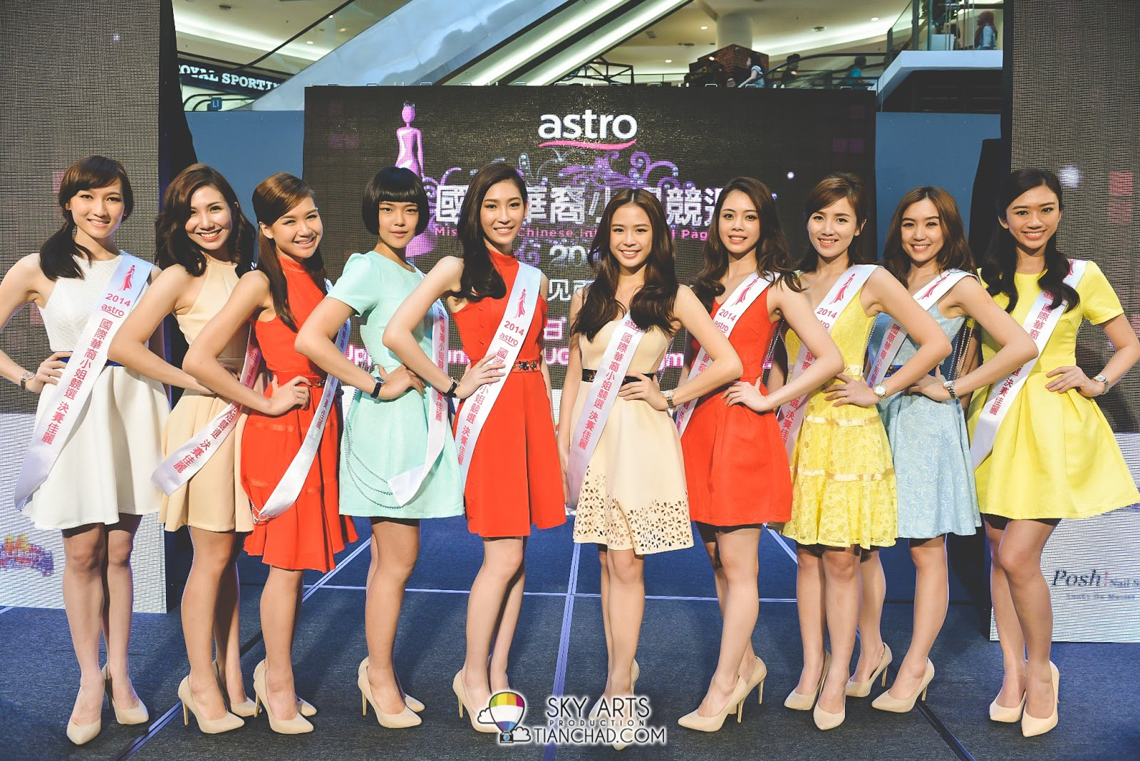 《Astro国际华裔小姐竞选2014》的佳丽们换上小洋装展现时代女性的自信美