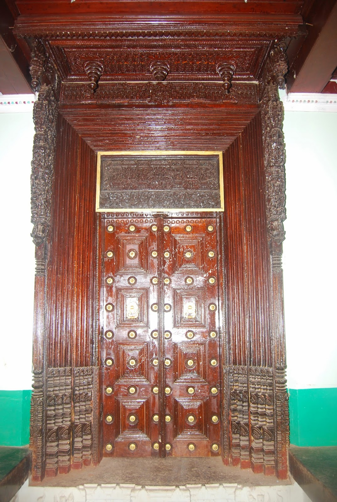... adoration basically include antique furniture, antique wooden  artifacts, old paintings, old carvings, antique wooden doors and used  antique furniture. - KARAIKUDI CHETTINADU ARTS: Antiques Wooden Door And Panel In India