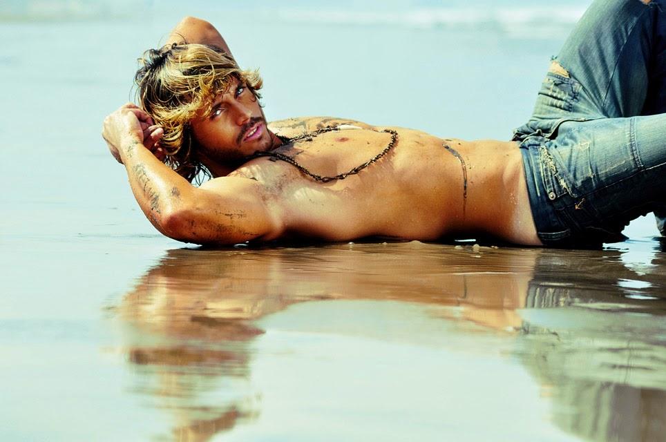 Franklin David faz pose sensual deitado à beira mar. Foto: Rodrigo Marconatto