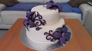 Svadobná torta fialová s kvetmi