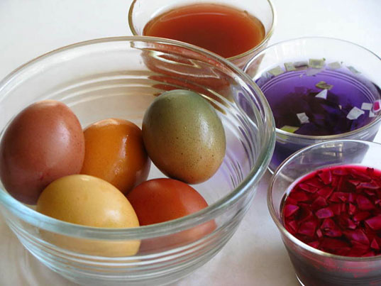 Natural egg dyeing, photo courtesy of whiteleycreek.com