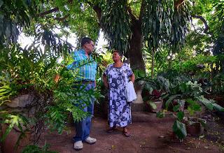 Cicerón Barros, alcalde, junto a la ganadora del festival de flores y calaguas. Urumita, La Guajira