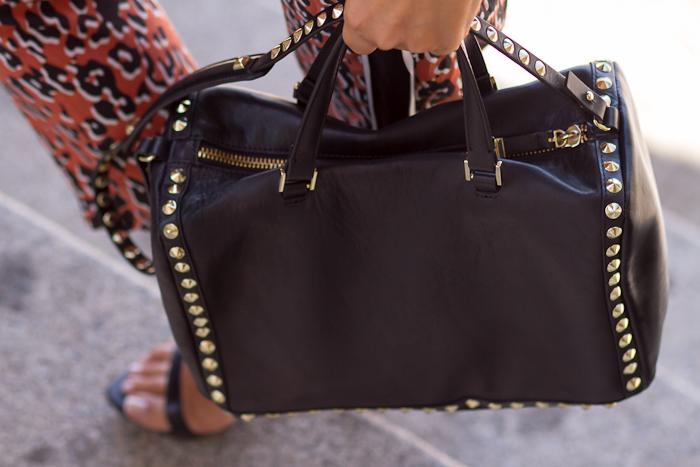 Bolso de cuero y tachuelas de Zara