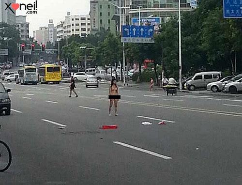 Tirinha Gordo Fresco: Na China, casal briga e fica nu no meio da rua
