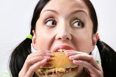 how-unhealthy-are-fast-food-breakfasts girl eat woman sandwich -اضطرابات الغذاء تهدد صحة المراهقين فتاة تأكل ساندوتش شطيرة طعام وجبات سريعة