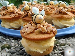 http://cecilecupcakecafe.blogspot.de/2013/07/bienenstich-cupcakes-mit-puddingcreme.html