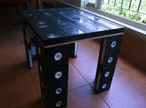 http://2.bp.blogspot.com/-wy2GFM0HylE/T5kfh5Sj5yI/AAAAAAAAAzM/mYBovfS9yxw/s1600/Toploader-VHS-Table.jpg