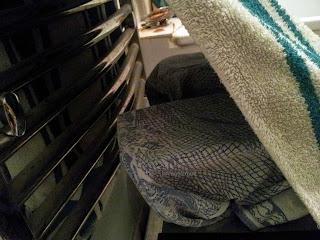 Système de levée simplifié du pain fait maison, récupération de la chaleur grâce à la cabane en serviette et à l'escabot qui surélève le tout.