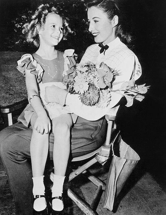 A lo Shirley Temple, junto a Barbara Stanwyck
